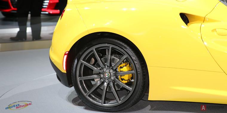 18-дюймовые диски с фирменным значком Alfa Romeo 4C Spider NYAS 2015