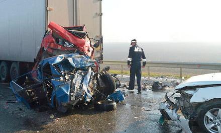 Сегодня утром, 13 октября в примерно в 7.00 утра на трассе «М-4 Дон» в Краснодарском крае в Выселовском районе возле станицы Березанской произошла крупная авария с участием 50 автомобилей