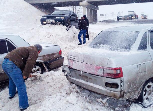 Сегодня, 11 января в 10 часов утра на обводном шоссе в Тольятти произошло массовое ДТП — столкнулись более 30 автомобилей.