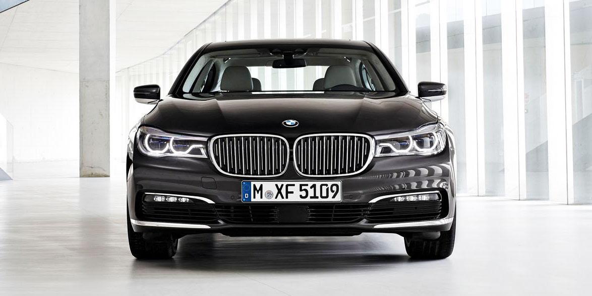 Фотографии передней части, решетки радиатора, фар новой BMW 7-Series 2016 модельного года.