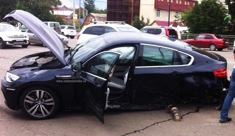 От сильного удара у  BMW оторвало заднее колесо